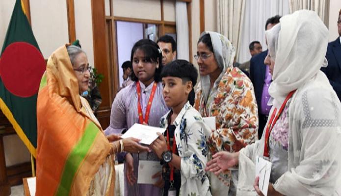 বুধবার প্রধানমন্ত্রী শেখ হাসিনা ঢাকায় গণভবনে মৃত উইং কমান্ডার আরিফ আহমেদ দিপুর পরিবারের সদস্যদের অনুদানের চেক প্রদান করেন -পিআইডি