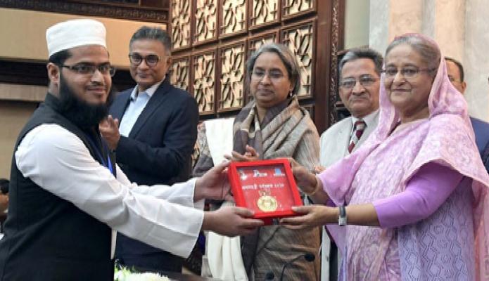 বুধবার প্রধানমন্ত্রী শেখ হাসিনা ঢাকায় তাঁর কার্যালয়ে বিভিন্ন সরকারি বেসরকারি বিশ্ববিদ্যালয়ের কৃতি শিক্ষার্থীদের 'প্রধানমন্ত্রী স্বর্ণপদক -২০১৮' প্রদান করেন -পিআইডি