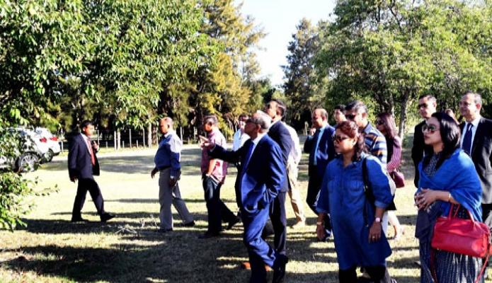 শনিবার রাষ্ট্রপতি মোঃ আবদুল হামিদ উরগুয়েতে একটি ফলের বাগান পরিদর্শন করেন -পিআইডি