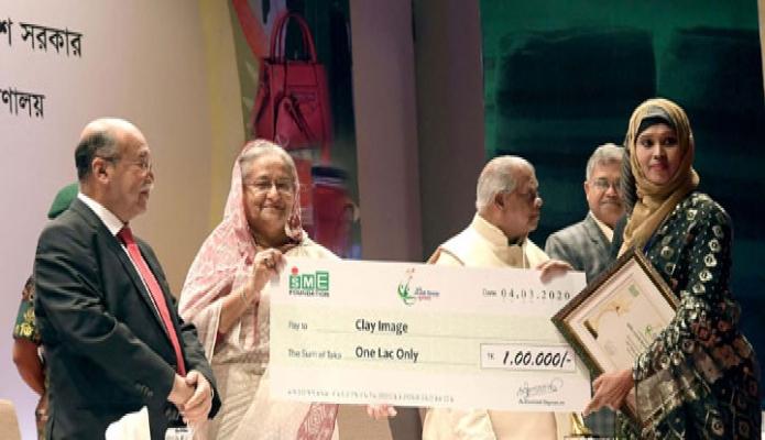 বুধবার প্রধানমন্ত্রী শেখ হাসিনা ঢাকায় কৃষিবিদ ইনস্টিটিউশনে ৮ম জাতীয় এসএমই পণ্য মেলা-২০২০ এর উদ্বোধন অনুষ্ঠানে বর্ষসেরা উদ্যোক্তাদের পুরস্কার প্রদান করেন -পিআইডি