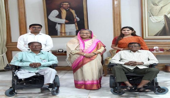 বৃহস্পতিবার প্রধানমন্ত্রী শেখ হাসিনা ঢাকায় গণভবনে জাতীয় পদকপ্রাপ্ত যুদ্ধাহত দু'জন বীর মুক্তিযোদ্ধাকে অত্যাধুনিক মোটরাইজভ হুইলচেয়ার প্রদান করেন -পিআইডি