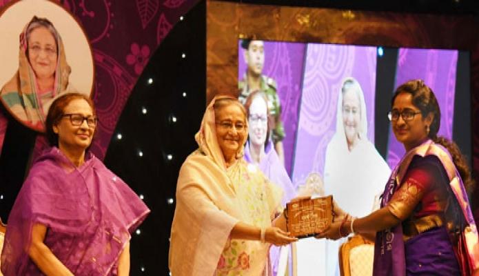 রবিবার প্রধানমন্ত্রী শেখ হাসিনা ঢাকায় ওসমানী স্মৃতি মিলনায়তনে আন্তর্জাতিক নারী দিবস উপলক্ষে আয়োজিত অনুষ্ঠানে স্ব স্ব ক্ষেত্রে সাফল্য অর্জনকারী নারীদের 'জয়িতা সম্মননা প্রদান করেন-পিআইডি