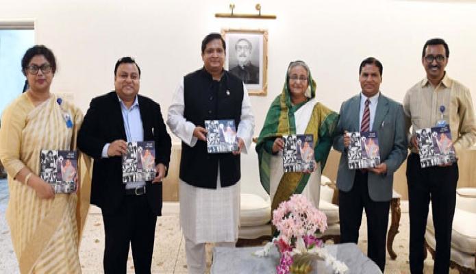 সোমবার প্রধানমন্ত্রী শেখ হাসিনা ঢাকায় তাঁর কার্যালয়ে 'ক্রীড়ানুরাগী বঙ্গবনবন্ধু পরিবার' শীর্ষক গ্রন্থের মোড়ক উন্মোচন করেন -পিআইডি