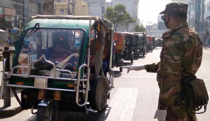 বুধবার করোনা ভাইরাস বিস্তাররোধে রাজশাহীতে বাংলাদেশ সেনাবাহিনী যানবাহনে চলাচলকারী যাত্রীদেও সচেতনতামূলক পরামর্শ প্রদান করছে -পিআইডি