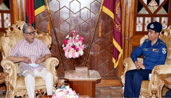 সোমবার রাষ্ট্রপতি মোঃ আবুদল হামিদের সাথে বঙ্গভবনে বাংলাদেশ পুলিশের আইজিপি ড. মোহাম্মদ জাবেদ পাটোয়ারি বিদায়ী সাক্ষাৎ করেন -পিআইডি