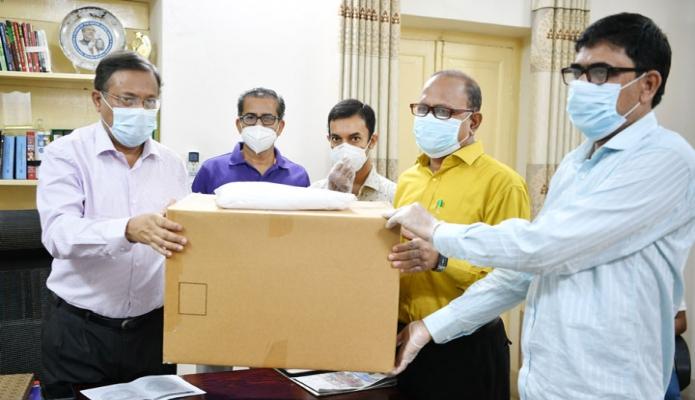 শনিবার তথ্যমন্ত্রী হাছান মাহমুদ তাঁর সরকারি বাসভবনে ঢাকা সাংবাদিক ইউনিয়নের নেতৃবৃন্দের কাছে স্বাস্থ্য সুরক্ষা সামগী হস্তান্তর করেন-পিআইডি