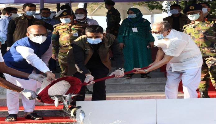 বুধবার  রাষ্ট্রপতি মোঃ আবদুল হামিদ বঙ্গভবনে  জাতীয় মৎস্য সপ্তাহ ২০২০ উপলক্ষে পুকুরে মাছের পোনা অবমুক্ত করেন -পিআইডি