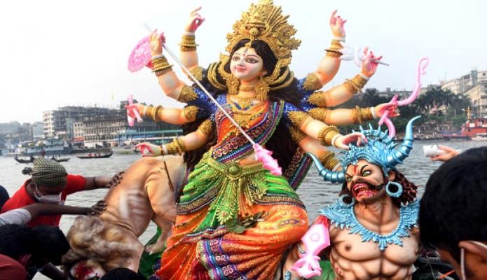 সোমবার প্রতিমা বিসর্জনের মধ্য দিয়ে শেষ হলো সনাতন হিন্দু ধর্মাবলম্বীদের সবচেয়ে বড় ধর্মীয় উৎসব শারদীয় দুর্গাপূজা -পিআইডি