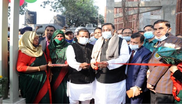 রবিবার স্বরাষ্ট্রমন্ত্রী আসাদুজ্জামান খান ঢাকায় তেজগাঁওয়ে এলেন বাড়ীতে গণপূর্ত অধিদপ্তরের ট্রেনিং একাডেমিতে নবনির্মিত 'মুজিব কর্নার' উদ্বোধন করেন -পিআইডি