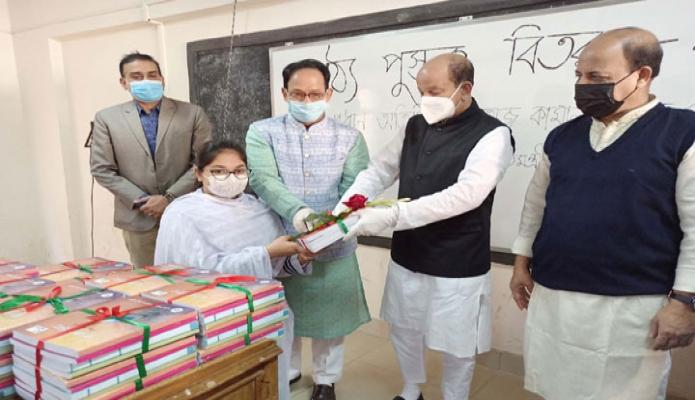 শুক্রবার শিল্পমন্ত্রী কামাল আহমেদ মজুমদার রাজধানীতে মনিপুর উচ্চ বিদ্যালয় ও কলেজে শিক্ষার্থীদের মাঝে নতুন পাঠ্যপুস্তক বিতরণ করেন -পিআইডি