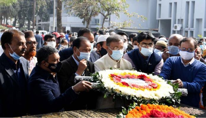 মঙ্গলবার তথ্যমন্ত্রী ড. হাছান মাহমুদ জাতীয় প্রেসক্লাবে বিশিষ্ট সাংবাদিক মিজানুর রহমান খান এর কফিনে শ্রদ্ধা নিবেদন করেন -পিআইডি