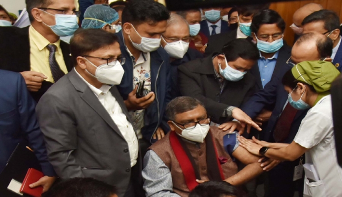 রবিবার ঢাকায় স্বাস্থ্যমন্ত্রী জাহিদ মালেক শেখ রাসেল জাতীয় গ্যাস্ট্রোলিভার ইনস্টিটিউট ও হাসপাতালে কোভিড-১৯ টিকা গ্রহণ করেন -পিআইডি