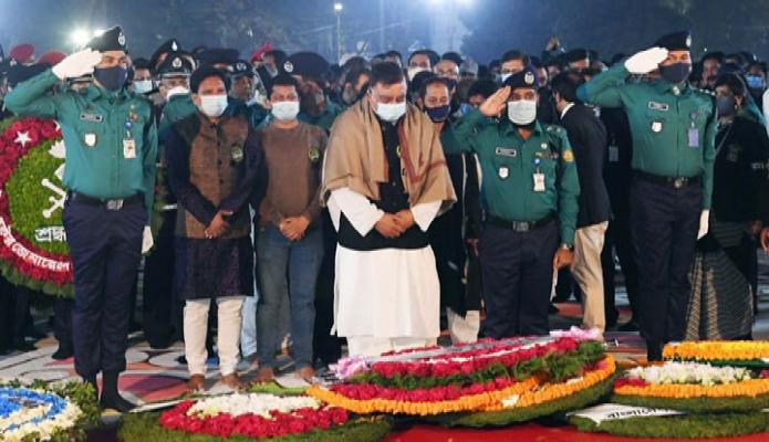 রবিবার স্বরাষ্ট্রমন্ত্রী আসাদুজ্জামান খান মহান শহিদ দিবস ও আন্তর্জাতিক মাতৃভাষা দিবস উপলক্ষ্যে ঢাকায় কেন্দ্রীয় শহিদ মিনারে শ্রদ্ধা নিবেদন করেন -পিআইডি