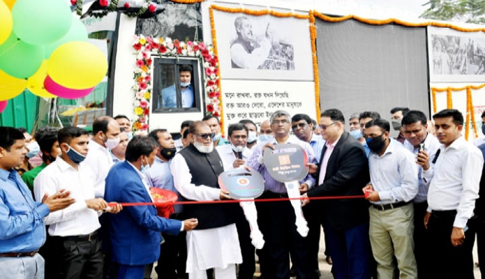রবিবার মুক্তিযুদ্ধ বিষয়ক মন্ত্রী আ ক ম মোজ্জামেল হক ঢাকায় সোহরাওয়ার্দী উদ্যানের শিখা চিরন্তনে 'ভ্রাম্যমাণ জাদুঘর বাস' উদ্বোধন শেষে বাসের চাবি হস্তান্তর করেন -পিআইডি