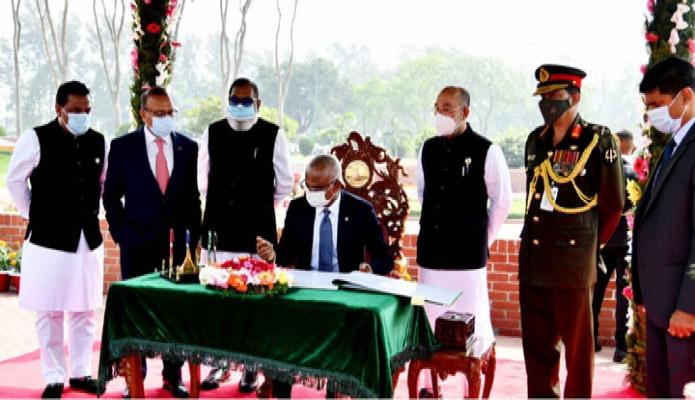 বুধবার মালদ্বীপের রাষ্ট্রপতি ইব্রাহমি মোহাম্মদ সলিহ সাভারের জাতীয় স্মৃতিসৌধ পরিদর্শন শেষে দর্শনার্থী বইয়ে স্বাক্ষর করেন -পিআইডি