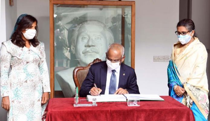 বুধবার রাষ্ট্রপতি রাষ্ট্রপতি ইব্রাহিম মোহামেদ সলিহ ঢাকায় বঙ্গবন্ধু স্মৃতি জাদুঘরে পরিদর্শন বইয়ে স্বাক্ষর করেন -পিআইডি
