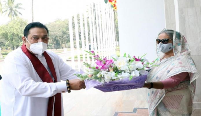শনিবার শ্রীলংকার প্রধানমন্ত্রী মাহিন্দা রাজাপাকসে প্রধানমন্ত্রীর কার্যালয়ে পৌঁছালে  প্রধানমন্ত্রী শেখ হাসিনা তাঁকে অভ্যর্থনা জানান -পিআইডি