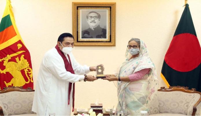 শনিবার প্রধানমন্ত্রী শেখ হাসিনা তাঁর কার্যালয়ে শ্রীলংকার প্রধানমন্ত্রী মাহিন্দা রাজাপাকসে 'মুজিববর্ষ' উপলক্ষ্যে স্মারকমুদ্রা উপহার দেন -পিআইডি