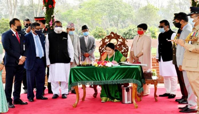সোমবার নেপালের রাষ্ট্রপতি বিদ্যা দেবী ভান্ডারি সাভারে জাতীয় স্মৃতিসৌধে পরিদর্শন বইয়ে স্বাক্ষর করেন -পিআইডি