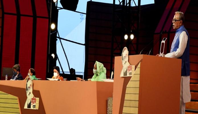 সোমবার রাষ্ট্রপতি মাঃ আবদুল হামিদ জাতির পিতা বঙ্গবন্ধু শেখ মুজিবুর রহমানের জন্মশতবার্ষিকী ও স্বাধীনতার সুবর্ণজয়ন্তী উপলক্ষে দশ দিনব্যাপী অনুষ্ঠানমালায় ষষ্ঠ দিনে ঢাকায় জাতীয় প্যারেড গ্রাউন্ডে আয়োজিত অনুষ্ঠানে বক্তব্য রাখেন -পিআইডি