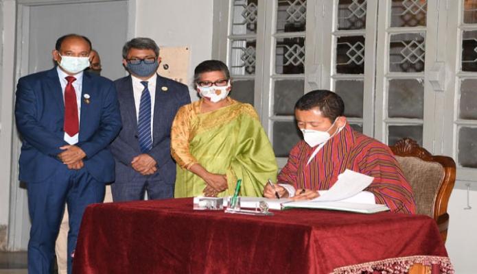 মঙ্গলবার ভুটানের প্রধানমন্ত্রী ডা. লোটে শেরিং ধানমন্ডি ৩২ নম্বরে বঙ্গবন্ধু স্মৃতি জাদুঘরে পরিদর্শন বইয়ে স্বাক্ষর করেন -পিআইডি