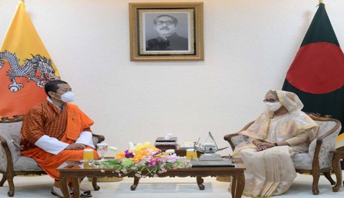 বুধবার প্রধানমন্ত্রী শেখ হাসিনা সাথে তাঁর কার্যালয়ে ভুটানের প্রধানমন্ত্রী ডা. লোটে শেরিং সৌজন্য সাক্ষাৎ করেন -পিআইডি