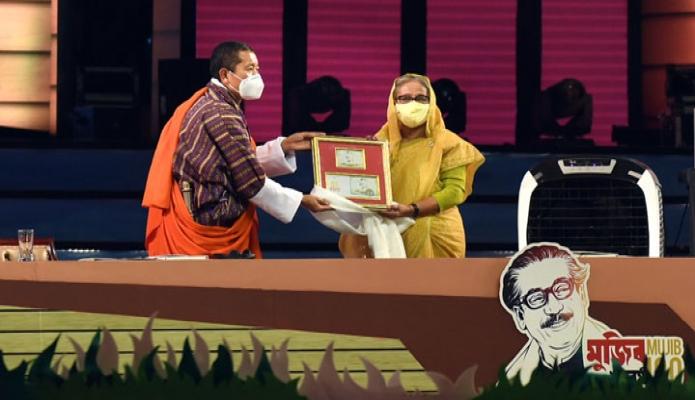 বুধবার প্রধানমন্ত্রী শেখ হাসিনাকে ভুটানের প্রধানমন্ত্রী ডা. লোটে শেরিং জাতির পিতা বঙ্গবন্ধু শেখ মুজিবুর রহমানের জন্মশতবার্ষিকী ও স্বাধীনতার সুবর্ণজয়ন্তী উপলক্ষে ঢাকায় জাতীয় প্যারেড গ্রাউন্ডে 'মুজিব শতবর্ষের কোমেমোরেটিভ স্ট্যাম্প' উপহার দেন