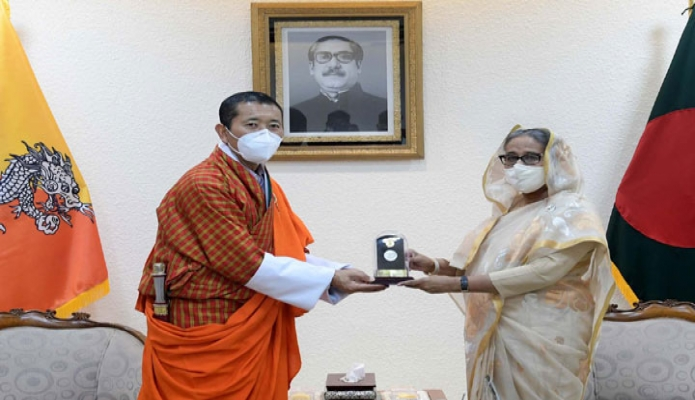 বুধবার প্রধানমন্ত্রী শেখ হাসিনার উপস্থিতিতে তাঁর কার্যালয়ে ভুটানের প্রধানমন্ত্রী ডা. লোটে শেরিং-কে 'মুজিববর্ষ' উপলক্ষ্যে স্মারকমুদ্রা উপহার দেন -পিআইডি