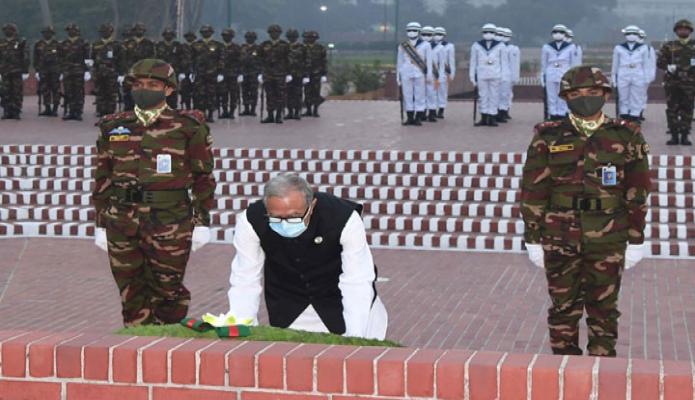 শুক্রবার রাষ্ট্রপতি মোঃ আবদুল হামিদ মহান স্বাধীনতার সুবর্ণজয়ন্তী ও জাতীয় দিবসে সাভারে জাতীয় স্মৃতিসৌধে পুষ্পস্তবক অর্পণ করেন -পিআইডি