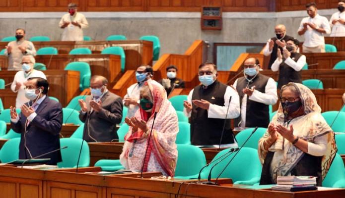 বৃহস্পতিবার প্রধানমন্ত্রী শেখ হাসিনা একাদশ জাতীয় সংসদের দ্বাদশ অধিবেশনের প্রথম দিনে গৃহীত শোক প্রস্তাবে মোনাজাতে অংশগ্রহণ করেন -পিআইডি