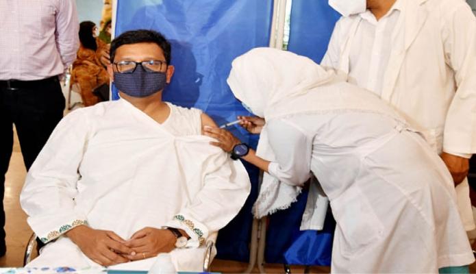 বৃহস্পতিবার নৌপরিবহন প্রতিমন্ত্রী খালিদ মাহমুদ চৌধুরী ঢাকায় বঙ্গবন্ধু শেখ মুজিব মেডিকেল বিশ^বিদ্যালয়ে করোনা টিকার দ্বিতীয় ডোজ গ্রহণ করেন -পিআইডি