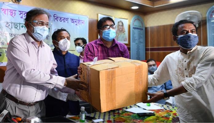 সোমবার তথ্যমন্ত্রী ড. হাছান মাহমুদ জাতীয় প্রেসক্লাবে ঢাকা সাংবাদিক ইউনিয়ন (ডিইউজে) সদস্যদের মাঝে স্বাস্থ্য সুরক্ষা সামগ্রী বিতরণ করেন -পিআইডি