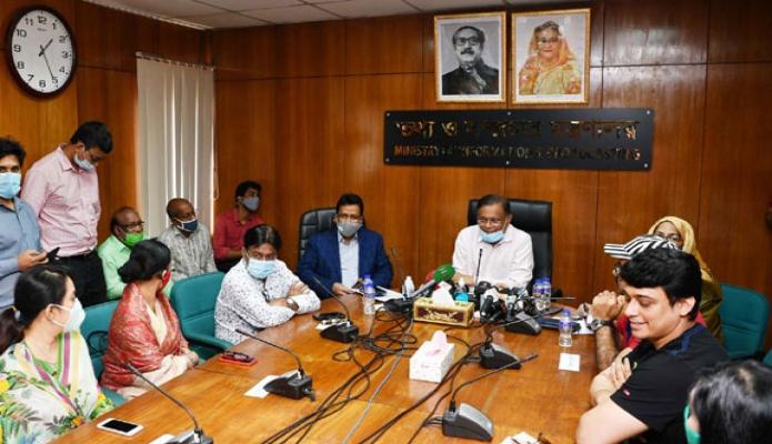 বৃহস্পতিবার তথ্য ও সম্প্রচার মন্ত্রী ড. হাছান মাহমুদকে মন্ত্রণালয়ের সভাকক্ষে 'অভিনয় শিল্পী সংঘ' এবং 'বাংলাদেশ চলচ্চিত্র শিল্পী সমিতি'র নেতৃবৃন্দের সাথে মতবিনিময় করেন -পিআইডি