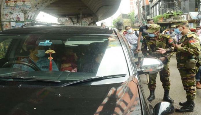 সোমবার কোভিড-১৯ এর বিস্তাররোধে কঠোর বিধি-নিষেধ পঞ্চম দিনে ঢাকার ওয়ারি এলাকায় সেনাবাহিনীর'র তৎপরতা -পিআইডি