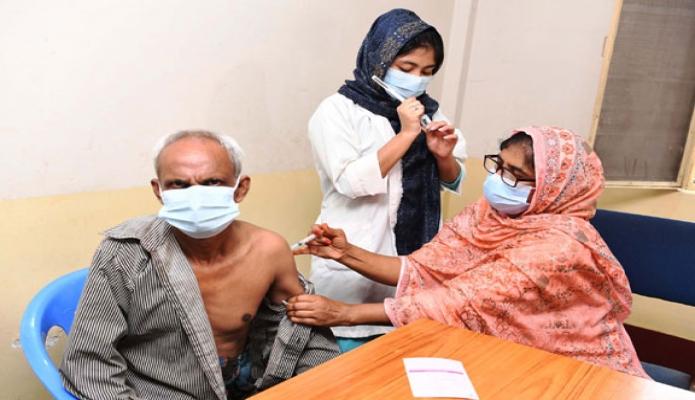 শনিবার রাজধানীর মিরপুরে রাড্ডা এমসিএইচ-এফপি সেন্টারে কোভিড-১৯ এর গণটিকাদান কার্যক্রম শুরু করেন-পিআইডি