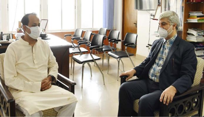 মঙ্গলবার শিক্ষামন্ত্রী উপমন্ত্রী মহিবুল হাসান ছৌধুরীর সাথে তাঁর অফিসকক্ষে ইরানের ``Cultural Counselor Dr. Seyed Hassan Sehad সাক্ষাৎ'' করেন -পিআইডি