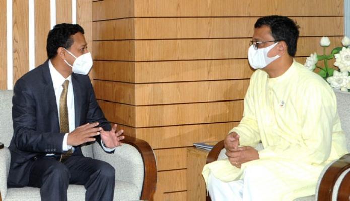 বুধবার নৌপরিবহন প্রতিমন্ত্রী খালিদ মাহমুদ চৌধুরী মন্ত্রণালয়ের সম্মেলন কক্ষে ভারতের ডেপুটি হাইকমিশনার 'Dr. Binoy George, সাক্ষাৎ করেন -পিআইডি