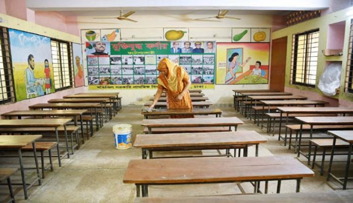 শনিবার সরকারি নির্দেশনা মোতাবেক আগামীকাল প্রাথমিক, ম্যামিক ও উচ্চ মাধ্যমিক শিক্ষা প্রতিষ্ঠানসমূহ খোলার লক্ষ্যে ঢাকার বিভিন্ন শিক্ষা প্রতিষ্ঠানে পরিষ্কার পরিচছন্নতার কাজ চলছে -পিআইডি