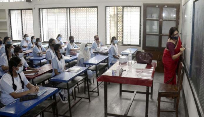 রবিবার করোনা মহামারি মোকাবিলার দীর্ঘ ছুটি শেষে আজ থেকে দেশব্যাপী ফের স্কুল কলেজের ঘন্টা বাজলো-পিআইডি
