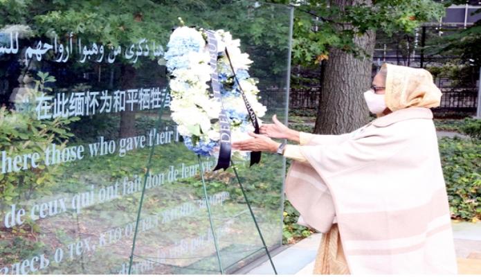 সোমবার প্রধানমন্ত্রী শেখ হাসিনা জাতিসংঘের শান্তিরক্ষা মিশনে যারা মৃত্যুবরণ করেন তাদের স্মরণে নিউইয়র্কে জাতিসংঘ পিচ মেমোরিয়াল পুষ্পার্ঘ্য অর্পণ করেন -পিআইডি
