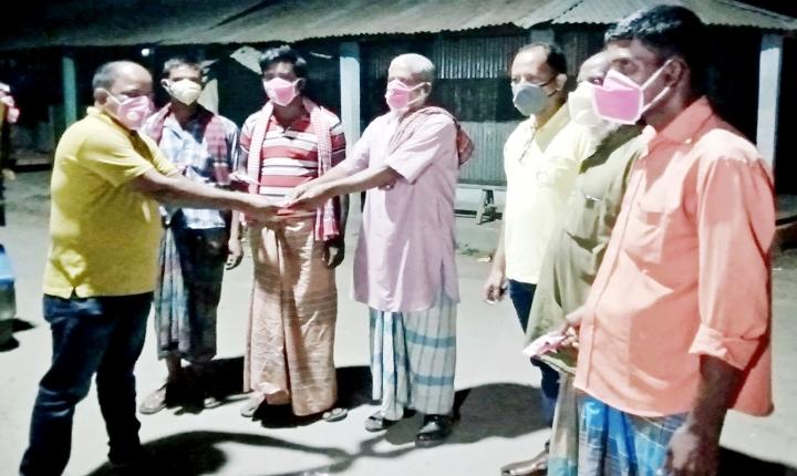 আটপাড়ায় করোনা সচেতনতায় মাস্ক ও সাবান বিতরণ